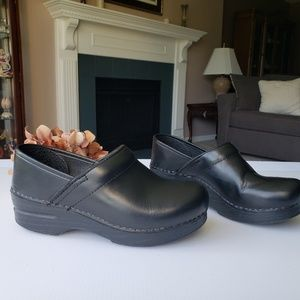 Dansko Professional Leather Black Clogs 37, 7